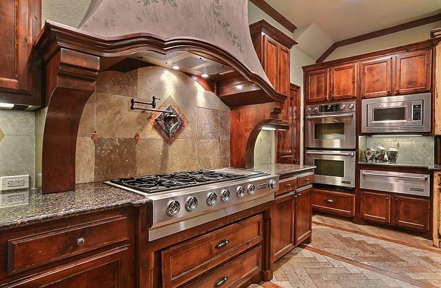 velká dřevěná kuchyně