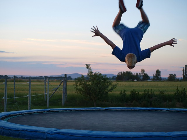 skoky na trampolíně