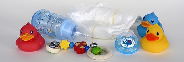 kojenecká láhev a hračky