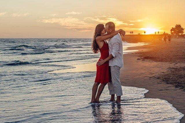 mladý pár na pláži
