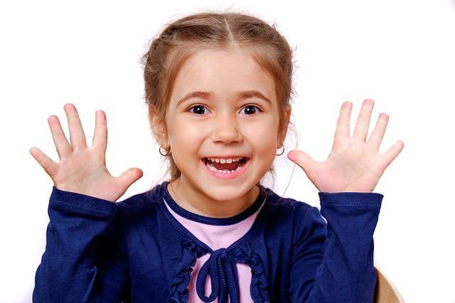 Smějící se holčička