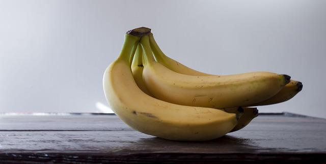 Banány na stole