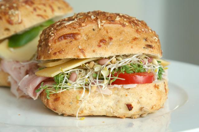 zdravý hamburger, se šunkou, klíčky, rajčetem, bulka se semínky, sýr