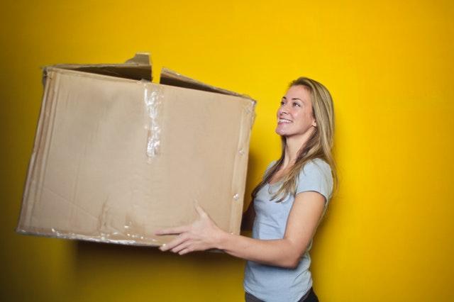 žena s papírovou krabicí.jpg