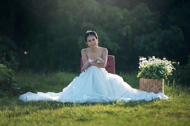 nevěsta sedící na louce