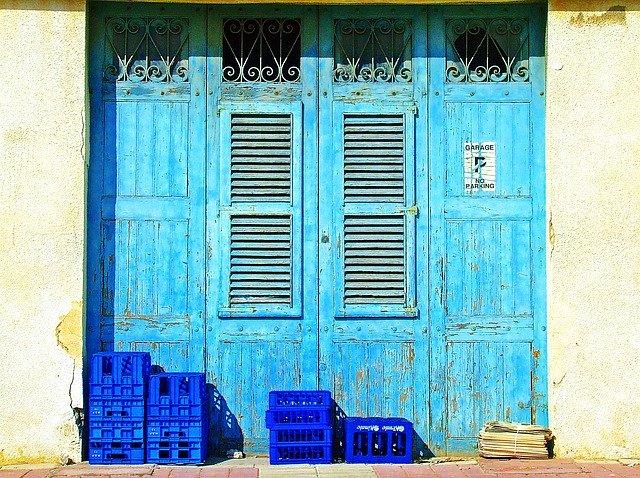 modrá dřevěná garážová vrata