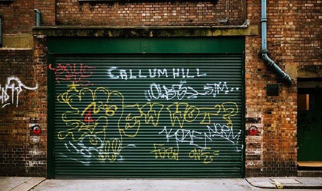 garážová vrata popsaná graffiti